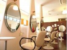 ヘアーアンドメイク カズヨカリーノ(Hair&Make CAZUYO Carino)の雰囲気(まぁるい鏡がカワイイ!女心をくすぐるセンスも人気のヒミツ☆)