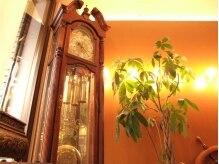 ドゥワドフェパッソ(Doigt de fee passo)の雰囲気(大きなアンティーク調の壁掛け時計)
