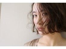 くせ毛もあなたの一部。伸ばして消す事ではなく生かして共存する事でスタイルと日常に輝きを。