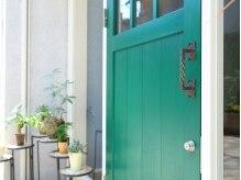 アンリーヴ(Un reve)の雰囲気(明るい緑色のドアと観葉植物が並んだ、お洒落な外観です♪)