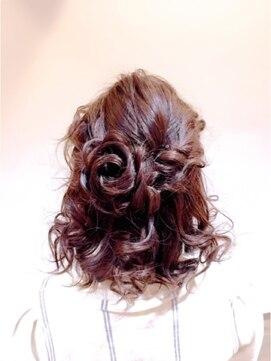 結婚式 髪型 ミディアム ヘアアレンジ お花ハーフアップ