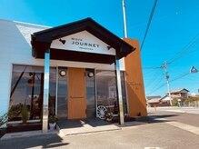 モアジャーニー(moreJOURNEY)の雰囲気(白基調の建物とウッド調の看板が目印です。)