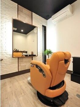 グルーミングヘアー イッサ(Grooming Hair ISSA)の写真/大型サロンが苦手なあなたに…一つ一つ区切られた個室は、プライベートの時間を大切にした癒しの空間。