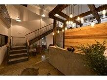 ユーレカ(Eureca)の雰囲気(受付カウンター、アイラッシュは左の階段から)