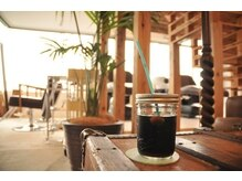 コーラル バイ サロン ド ユウ(CORAL by salon de YOU)の雰囲気(カフェのような空間で居心地は◎♪)