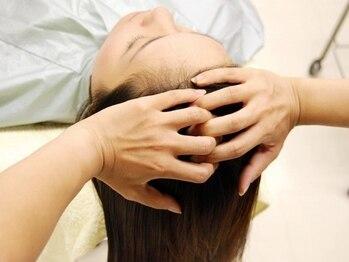 """美容室ティービーケー 北千住店(TBK)の写真/""""印象を変えるエイジングケア""""スパニスト自信のヘッドスパで頭皮から美しく、健康でしなやかな美髪に。"""