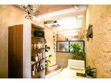 ニコバイミュゼ(nico.bymusee)の雰囲気(店内はベージュを基調とし植物もあり落ち着いた雰囲気のサロン♪)