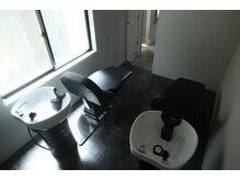 エラマ ヘアメゾン(elama hair maison)の雰囲気(フルフラットになるシャンプー台で、癒しの空間をお楽しみ下さい)