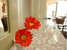 美容室 はなこの雰囲気(スタイルコンセプトの季節の花がいろんなところに咲いています。)