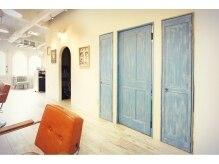 アトリエ ニノ 下北沢(atelier NINO)の雰囲気(NINO下北沢店の店内は白木を基調としたアンティーク調です☆)