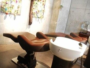 フラ ヘア(Hula hair)の写真/ダメージや,乾燥によるパサつきのケアにも◎フルフラットのシャンプー台でリラックス♪頭をほぐしスッキリ!