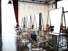 エン(YENN)の雰囲気(黒床と白いレンガのコントラストが洗練された空間を演出します)