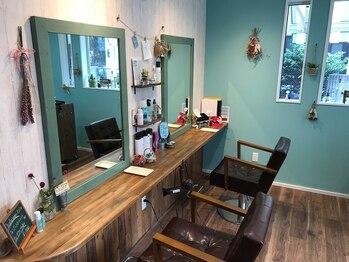 ヘアメイク ヒダマリ(hidamari)の写真/まるでカフェのように落ち着いた少人数の店内。ゆったりくつろげる空間は至福のサロンタイムに…。