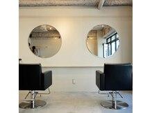 ヌース(NOUS)の雰囲気(無機質でシンプルな内装がより人と髪と向き合える空間に。)