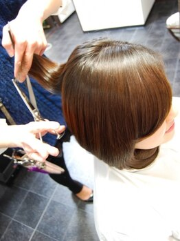 イズ ヘアデザイン(IS hair design)の写真/ゆったりと空間を使用したアットホームなヘアサロン☆担当者が最初から最後まで丁寧に施術いたします!