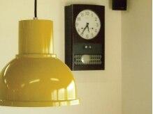 アナログヘアー(analog hair)の雰囲気(ライトと掛け時計です。)