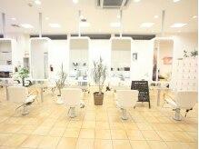 ヘアーデザイン シースタイル(HAIR DESIGN C STYLE)の雰囲気(白を基調とした明るい店内)