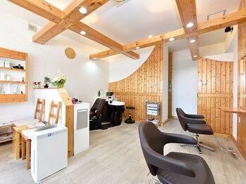 ニコヘアーメイク(nico hair make)の写真/木目調の明るい店内で日々の疲れを忘れられる時間、心温まる空間を演出。忙しい毎日に癒しのひと時を◇