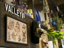 ヴァリーズ ヘア ショップ(Valley's Hair Shop)の雰囲気(ウッド調の店内はどんな季節も温かな雰囲気を演出。)