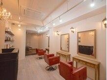 ブライズ ヘアーアンドリラクゼーション(BRITHE Hair&Relaxation)の雰囲気(白を基調としたアンティーク調の落ち着いた店内)