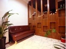 ヘアーアンドメイク コクア(hair&make kokua)の雰囲気(カフェのようなソファでゆっくりお寛ぎいただけます。)