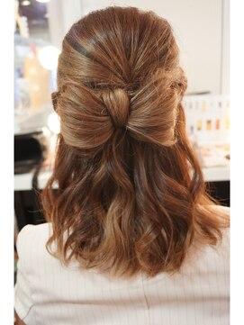 結婚式 髪型 ミディアム ヘアアレンジ リボンハーフアップ