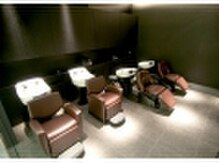 ヘアアンドネイル アアルト 東急プラザ戸塚店の雰囲気(ヘッドスパ用のシャンプー台も完備。照明が暗めでリラックス空間)