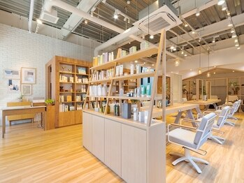 リッカ ミューク たまプラーザ(lycka mjuk)の写真/~本×美容室~まるでブックカフェのような居心地の良さと確かな技術を提供するヘアサロン《lycka mjuk》