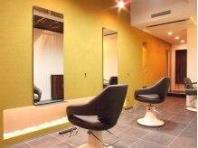 ラミューズ(la muse)の雰囲気(隣接する『プライベート』カットスペース。黄色の壁がアクセント)