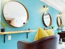 ベラ(Bella)の雰囲気(ティファニーブルーの可愛い壁。手作りのセット面でお出迎え♪)