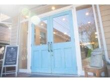 ヘアーサロン ラ シュシュ(HAIR SALON La chou chou)の雰囲気(亀有駅北口徒歩4分☆ブルーの木の扉が目印です。)