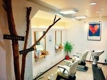 ヘアープラスリラックス ネルソー(hair+relax nel sole)の雰囲気(白を基調とした施術空間。)