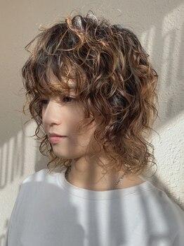 ルームヘアー(ROOM HAIR)の写真/【ROOM HAIRイチオシはハイブリットパーマ!】髪に優しい薬剤を使用しているから低ダメージ&モチが続く髪に!