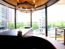 アソート アオヤマ(ASSORT AOYAMA)の雰囲気(緑が多く大きな窓のフロントでお客様をお迎えします!)
