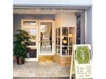 富士東洋理髪店の雰囲気(井の頭通りの並木道に調和した佇まい。)