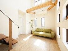 マハロ(Mahalo)の雰囲気(~天井が高く、広々とした開放的な居心地の良い待合スペース~)