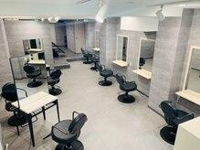 アンダーバーホワイト 新宿店(_WHITE)の雰囲気(席数は全部で9席。広々とした空間です。)