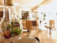 ルネ(Rene)の雰囲気(白と茶色の優しい色使いで落ち着いた店内。窓が大きく開放的。)