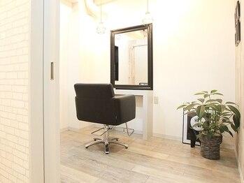 フィアート ヘアドレッシング サロン(Fiato Hairdressing Salon)の写真/【落ち着く店内で極上のリラックス♪】プライバシーが保たれる個室空間で、あなただけの特別なひと時を─