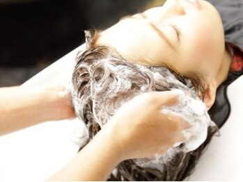 デンヘアープロデュース(DEN Hair Produce)の写真/《 癒&美&健 》炭酸泉を使用した心地よい頭皮マッサージで、極上の癒しと美しく健康な髪を手に入れる…♪