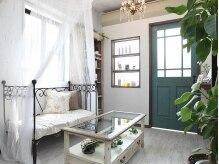 リリアアトリエ(Rillia atelier)の雰囲気(白が基調で明るい店内。待合のソファーは天蓋がカワイイ♪)