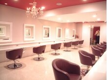 ナイン(hair produce NINE)の雰囲気(シャンデリアや鏡、イスまで全てが洗練されたインテリア)