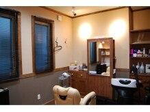 クリッパーズヘアーサロンの雰囲気(一番奥のお部屋です。扉を閉じると落ち着いた個室にもなります。)