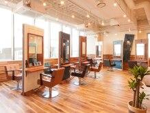 オーブ ヘアー アイリス 博多店(AUBE HAIR iris)の雰囲気(開放感のある明るい店内で、くつろぎの時間をお過ごしください。)