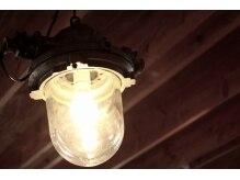 エイチナイン(H9)の雰囲気(shabbyなヴィンテージランプ。優しく店内を照らしています)