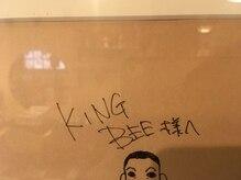 キングビー(KING BEE)の雰囲気(店内には有名漫画家のサインも、、)