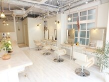 ヘアーアンドメイクキュアー アトリエ(hair&make cure atelier)の雰囲気(自然光差し込む店内。開放感溢れる空間が心地良い。)