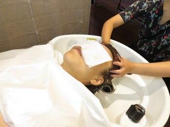 パームス(Perms)の写真/【自分で出来ないケアだからこそサロンへ】頭皮エステで筋肉に沿ったマッサージ。しわなどを緩和してくれる