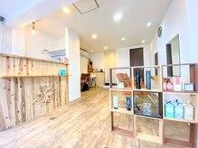 メリカ(Hair salon Merika)の雰囲気(自然なウッド調の店内光が差し込んでとても暖かい雰囲気です。)