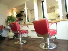 ビアージュ(b age)の雰囲気(白い壁に赤いチェアが可愛い♪独り占めできるプライベート空間。)